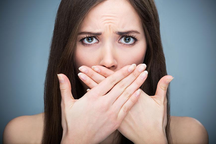 betegség, amikor a lehelet rossz szagú)